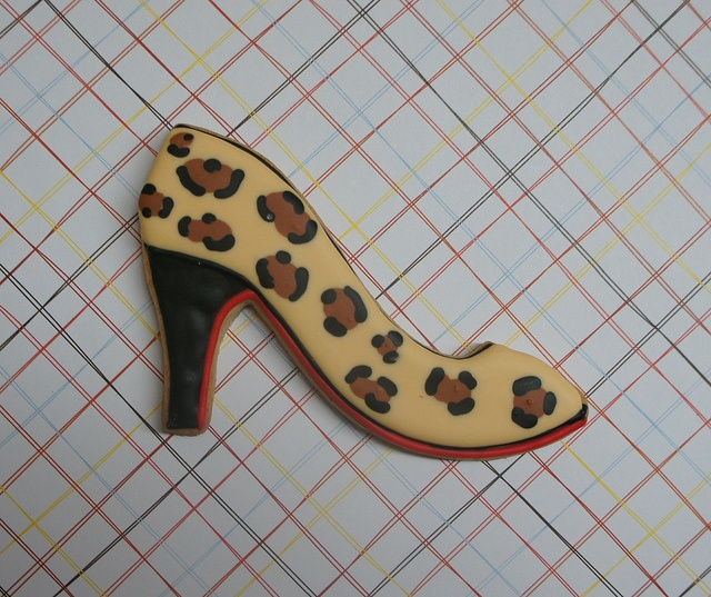 I like the red highlight on these leopard high heel cookies