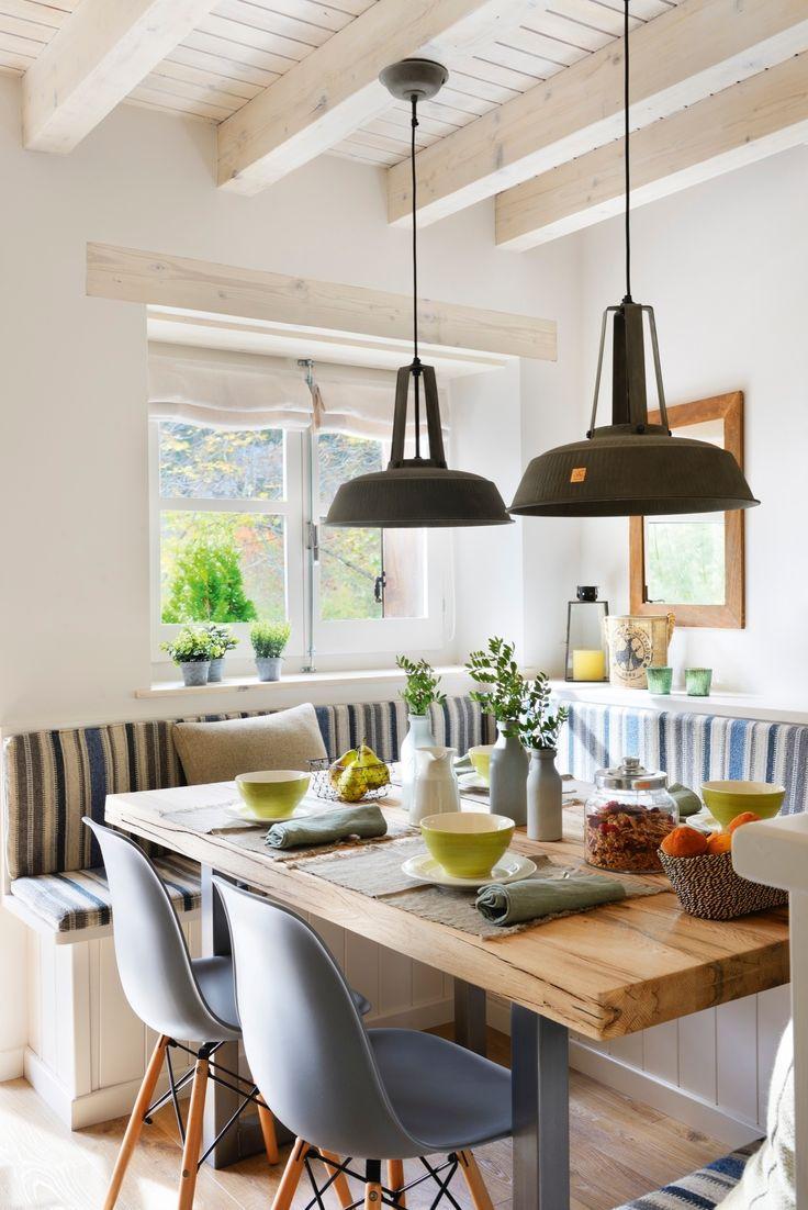 00417821. Sobre la mesa. Bote de cristal de Maisons du Monde. Boles verdes, individuales, jarra, platos y botellas de Zara Home.