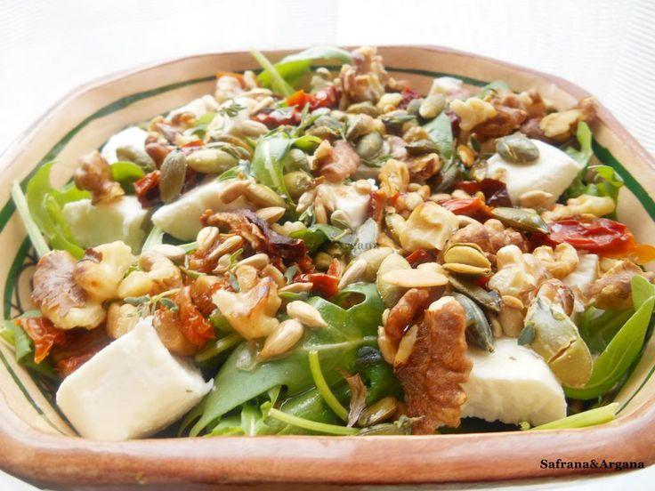Rucolasalade met geitenkaas, zongedroogde tomaat, noten en pitten. - Powered by @ultimaterecipe