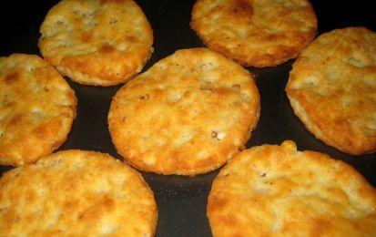 Biscotti salati al parmigiano - I biscotti salati al parmigiano, friabili e molto saporiti, sono perfetti per accompagnare un aperitivo, sopratutto se consiste di un bicchiere di buon vino, ma stanno bene anche su un buffet, come quello per l'aspettare l'anno nuovo.