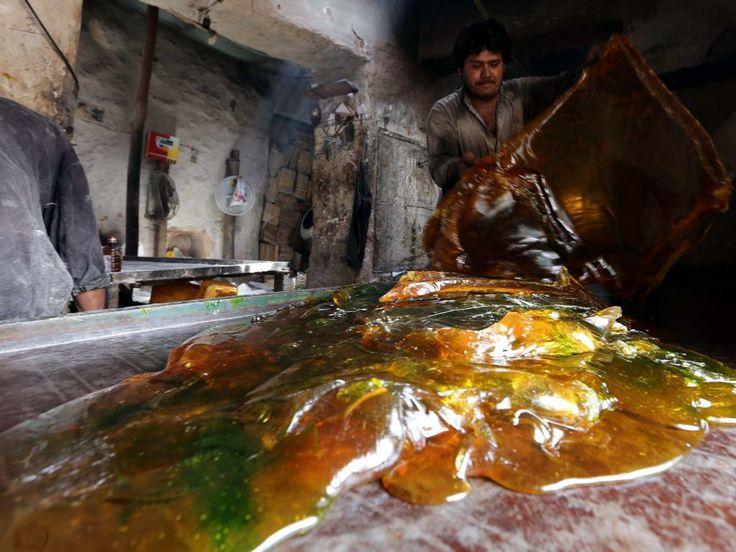 Woensdag 16 april 2014: Een Afghaan maakt snoepjes in een fabriek in de stad Herat.