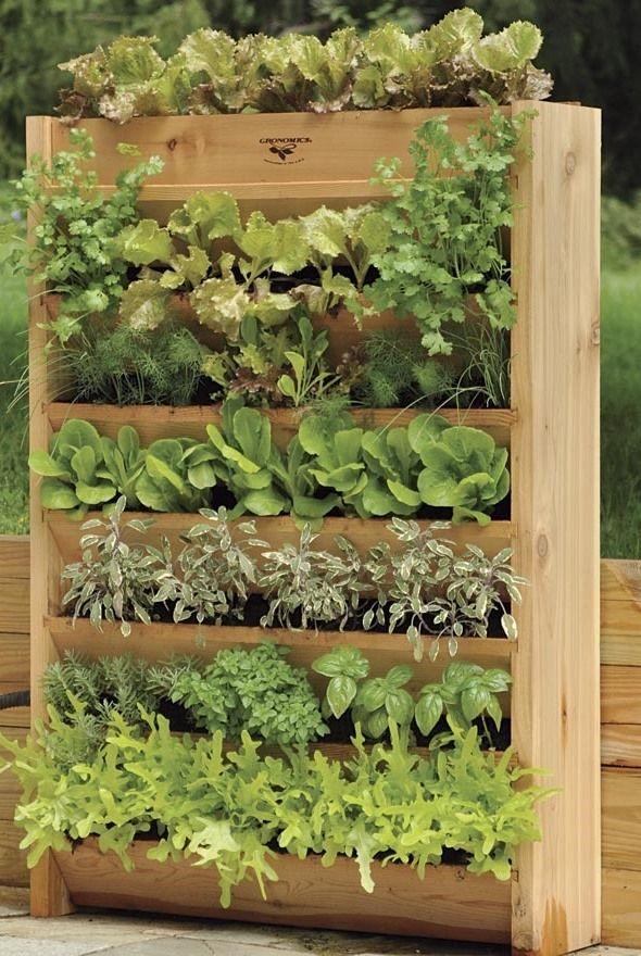 Prosty sposób na zrobienie ogrodu wertykalnego. Wystarczy podobna skrzynia lub paleta.  Pomysł szczególnie polecany - jeśli nie mamy w ogrodzie dużo miejsca.  fot.: kristenheaven.com