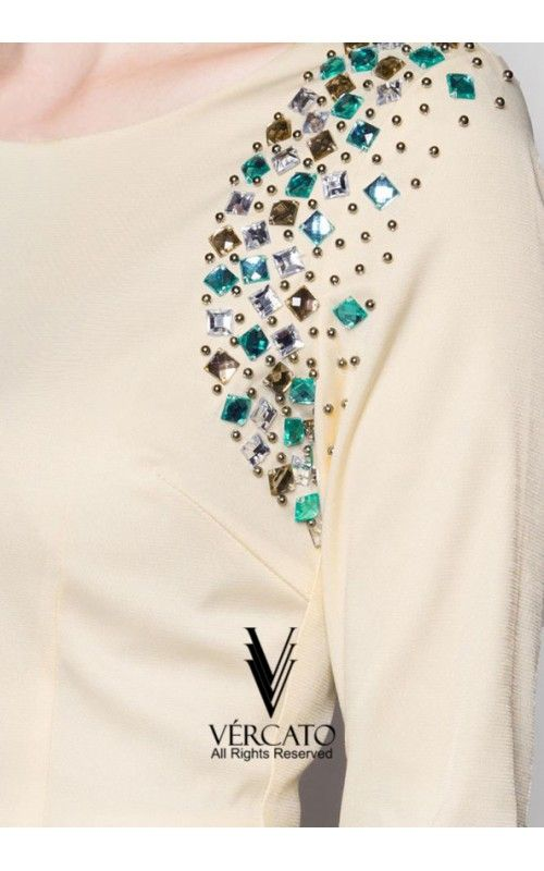Baju kurung moden oleh VERCATO mengetengahkan rekaan sofistikated dengan perincian hiasan kristal pada panel di bahagian tepi. Tampil menawan di pagi lebaran dengan menyarungkan baju kurung berinspirasi klasik ini. SHOP here: www.vercato.com