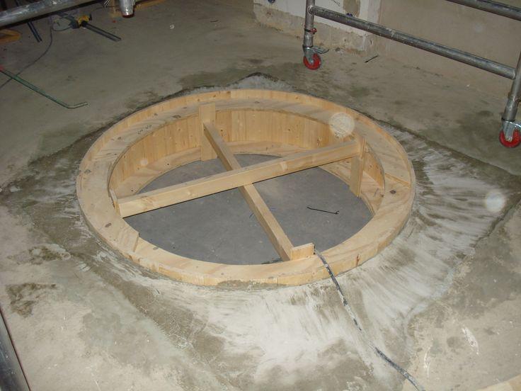 2 november: Nej, det blir inte en badtunna i köket! Däremot formades hålet för spiraltrappan igår.