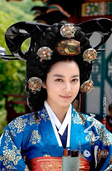 Another staggering look at ceremonial dress for the K-drama _Dong Yi_