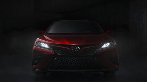 Седан Toyota Camry 2018 / Тойота Камри 2018 – вид спереди