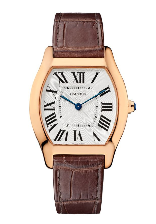Reloj Tortue inspirado en el caparazón de una tortuga en oro rosa y zafiro facetado en la corona, de Cartier.