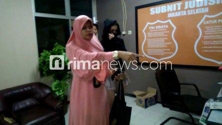Dok. Artis Amel Alvi saat dibawa penyidik ke Mapolres Jakarta Selatan.