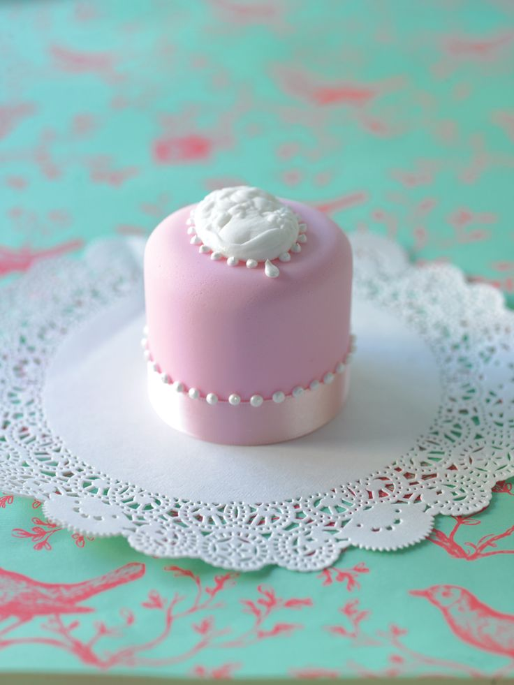 Pink cake with cameo / vintage mini taart door taarten decoreren gepind door www.hierishetfeest.com