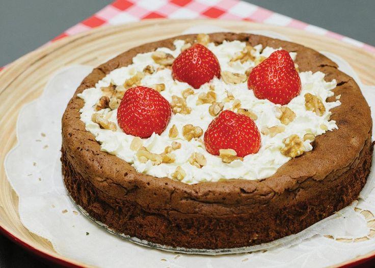 MELFRI SJOKOLADEKAKE -  Da jeg serverte denne kaken første gang, var det til litt eldre mennesker som ikke bryr seg om sunn mat, eller helsekost som de kaller det. Men denne kaken, den elsket de. Jeg ble møtt av meget store øyne da jeg fortalte at den ikke inneholdt et gram mel.