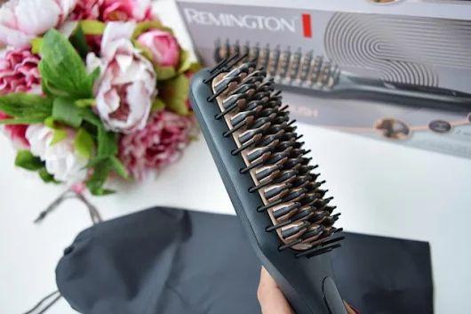 Хотите избавиться от одной утренней проблемы?   =========================================   👀 Расчёска-выпрямитель Remington Straight Brush CB7400 - это простой в использовании прибор для укладки волос из серии Straight Brush. С помощью этой щётки можно создать красивую объёмную причёску с минимальными затратами времени, - на укладку уходит всего несколько минут.