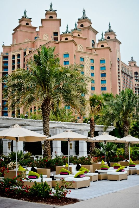 Una veduta dell'Atlantis arredato con tocchi arabi. Ha una spiaggia privata di circa un chilometro di sabbia bianchissima con spiagge attrezzate. Da dicembre a marzo è il periodo migliore per una vacanza a Dubai. L'estate invece è da evitare: la temperatura può arrivare a 52 gradi!  -cosmopolitan.it