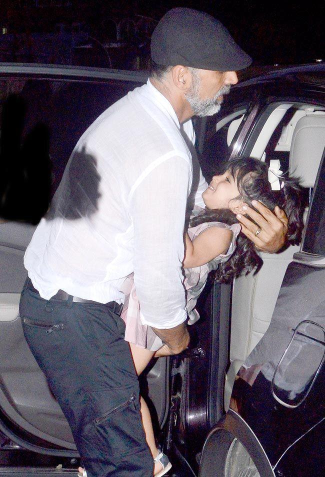 Akshay Kumar With Nitara Hangouts Pictures - Getanews.com