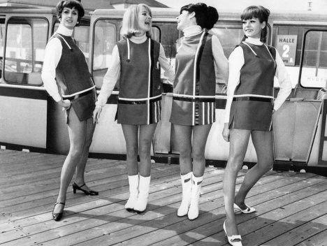 Moda anni 60, minigonnaLa minigonna, inventata dalla celebre sarta Mary Quant, era uno dei must have delle giovani donne degli anni 60