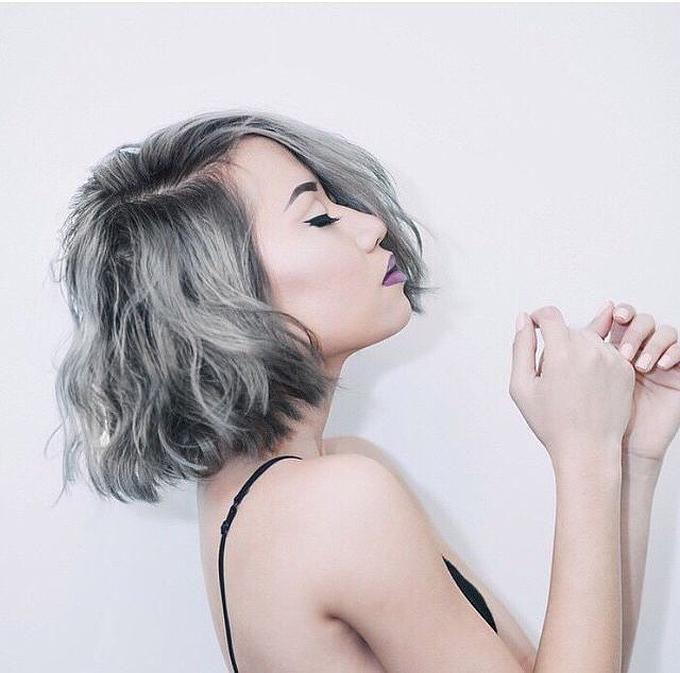 Resultado de imagem para mulher deitada cabelo cinza