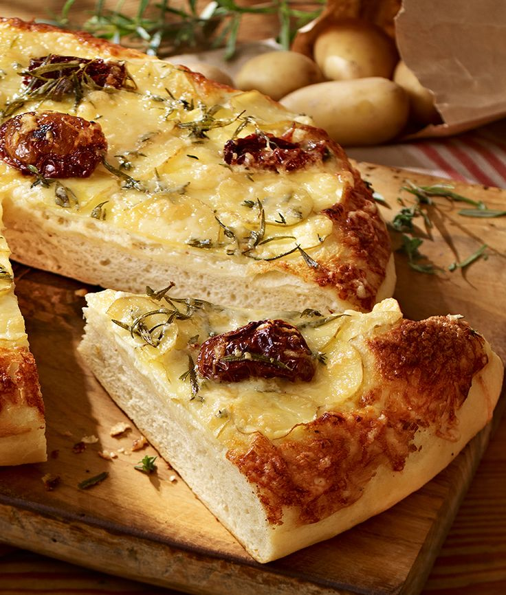 Brot aus Hefeteig mit getrockneten Tomaten und mediterranen Kräutern