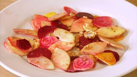 Sallad på äpple, betor och valnötter.