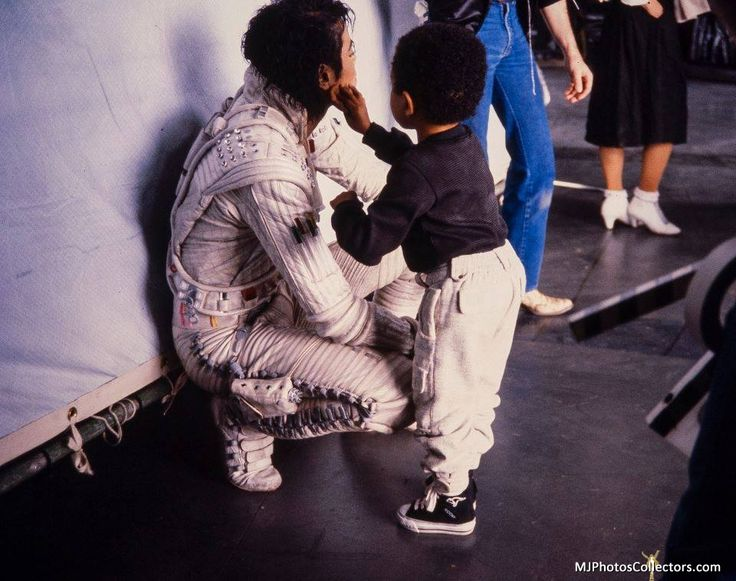 ★♥MICHAEL JACKSON ♥★ ◇◆◇ KING OF MUSIC!! Behind the scenes filming Captain Eo 1986, Emmanuel Lewis touches up MJ's make-up. This is too sweet!!
