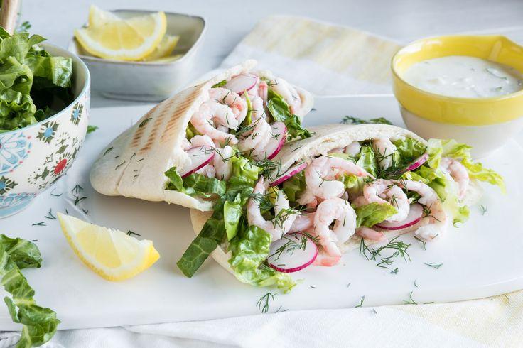 La deg inspirere av greske tradisjoner neste gang du serverer reker. Fyll pitabrød med reker og en greskinspirert dressing med frisk smak av dill og sitron.