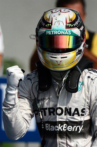 Lewis Hamilton celebra su victoria en Monza en el parque cerrado, proclamandosus opciones al segundo título, 7 de Septiembre del 2014.