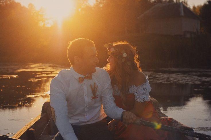 свадебный фотограф: жених и невеста в лодке на закате