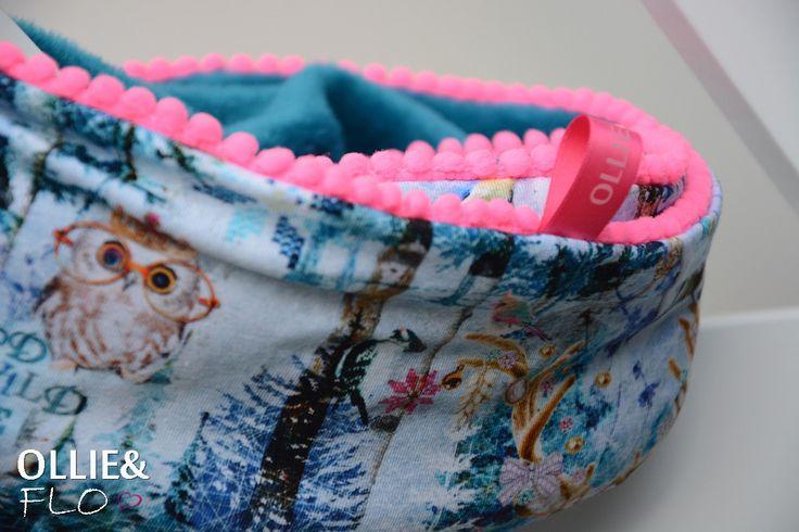 Let it snow, let it snow, let it snow! Door deze sjaal krijg je gewoon zin in de winter. Heerlijk zacht aan de binnenkant door het fluffy bontje in hip groen en een mooie tricot aan de buitenkant. De kleine fel roze poms maken hem helemaal af. Deze sjaal wil iedere kleine dametje toch aan de kapstok! http://hippaccessoires.nl/kol-sjaal-snow/