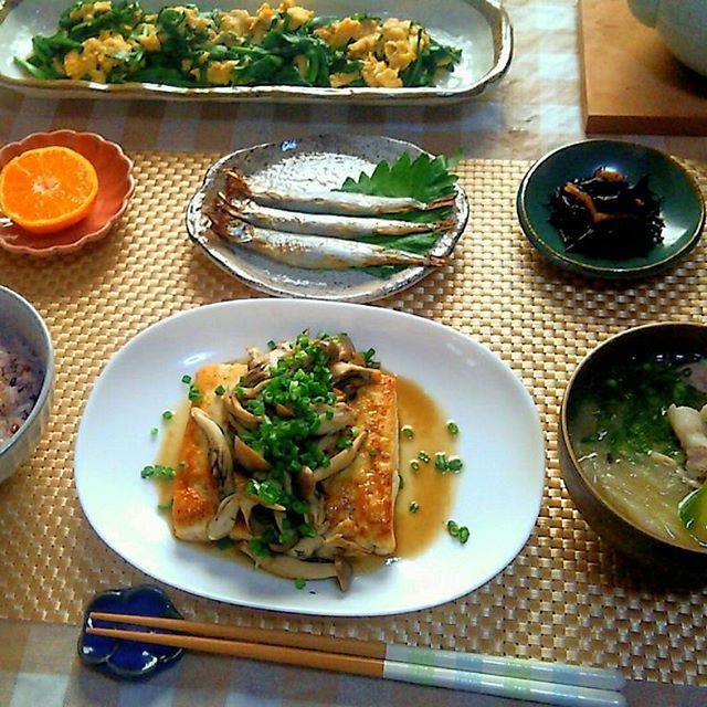 2016/11/17 18:15:47 happy8376 こんばんは(^-^) 今日の晩ごはんです  * * * ・豆腐ステーキ(きのこバターにんにく醤油)🍄 ・ひじき煮 ・子持ちししゃも ・ニラと卵のオイスターソース炒め ・豚肉と白菜、ネギの中華スープ ・十五穀米 ・みかん🍊 ・番茶 * 食べごたえありで、カロリー控えめな豆腐ステーキ☺ ・ しっかりめの味付けなので、ごはんの進むお味です(ノ´∀`*)🍚 ・ 安いきのこをワッサリ使いました(  ̄▽ ̄) * 今日も一日お疲れ様でした(*´ω`*) * #家庭料理#時短料理#節約料理#おうちごはん#ヘルシー料理#献立#健康#料理#夜ごはん#晩ごはん#夕ごはん#きのこ料理#豆腐おかず#みつごはん#いただきます  #健康