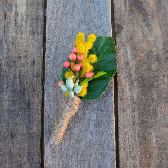 Fiori di boutonniere - bacca gialla dell'acacia e pepe rosso con foglia rosa - boutinniere sposo - testimone di supporto - nozze di seta