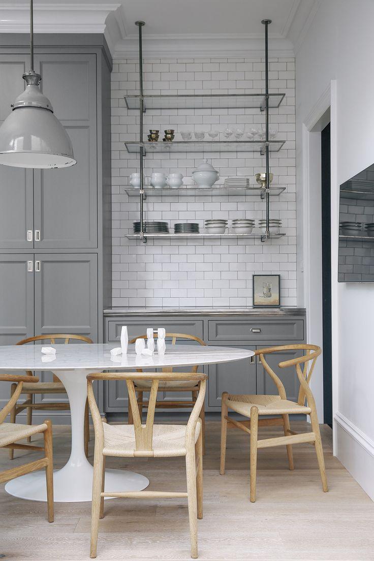 Okonventionell uppställning med vintagehylla i köket av Geiszler Architecture