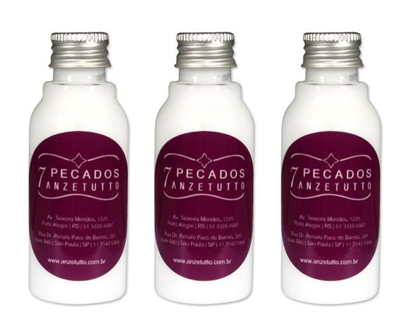 Garrafinha com hidratante (60ml) e rótulo personalizado à prova d'água  Pedido mínimo: 50 unidades  Hidratantes disponíveis:  - cheirinho de bebê  - aveia  - canela e avelã  - óleo de amendôas  - manteiga de karité  - erva doce e camomila  Criamos kits de lembrancinhas: hidratante, shampoo, condicionador, sabonete líquido, essências etc. Consulte através do email fernanda@armariodamargot.com.br  O prazo de entrega será calculado de acordo com a quantidade do pedido. R$5,40