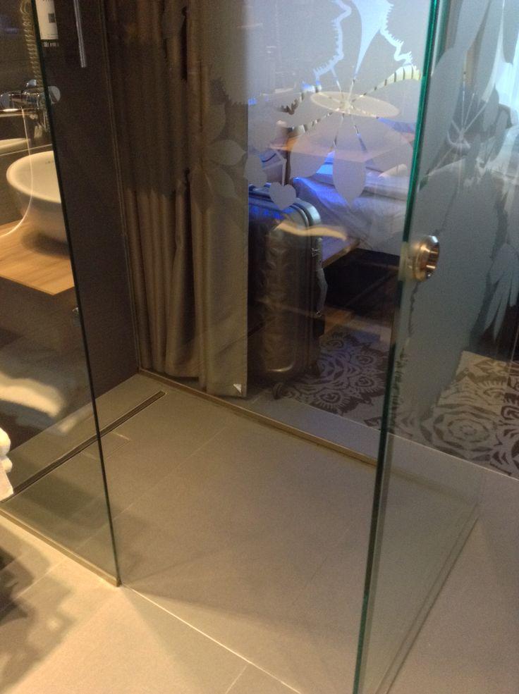 Puro Hotel, Cracovia - Doccia filo top con pareti in cristallo.