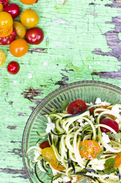 Zucchini noodle salad. http://www.jotainmaukasta.fi/2014/06/16/kesakurpitsanuudelisalaatti-vihannessorvilla-tehtyna/