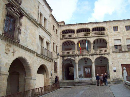 Palacio de Justicia y Cañón de la Cárcel, (al fondo del arco de la izquierda). El actual palacio de justicia se encuentra en la Plaza Mayor, entre el Palacio de los Marqueses de la Conquista ,(a su derecha) y el Palacio del Peso Real o de los Cháves Cárdenas.