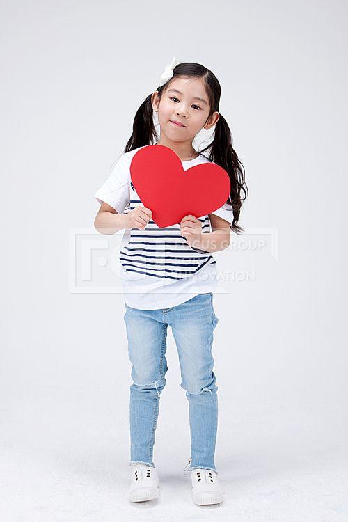 어린이 112, PHO407, 프리진, 사진, 어린이, 사람, PHO407c, 한국인, 동양인, 아시아, 어린아이, 여자, 여자어린이, 소녀, 전신, 1인, 앞모습, 서있는, 손, 하트, 하트모양, 잡고있는, 들고있는, 사랑, pho407#유토이미지