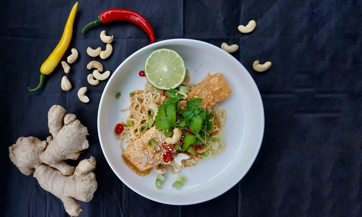 Lax i jordnötssås – En utsökt rätt full av smaker från Asien såsom kokosmjölk, röd curry, lime, nötter och koriander. Låter det gott? Byt ut äggnudlarna mot ris om så önskas.