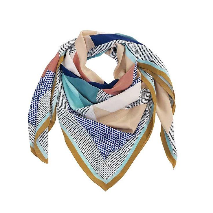 L'eleganza prende la forma di un foulard dallo stile contemporaneo. Tessuti pregiati stampati con design geometrici e colori brillanti. Raffinatezza e modernità per un outfit di classe.