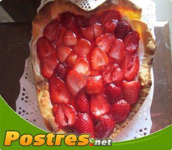 Receta SIN Thermomix: Tarta de queso con fresas para San Valentín,  Exquisita y buenísima tarta elaborada con una base de masa brisa, con queso de untar y fresas. De elaboración sencilla.