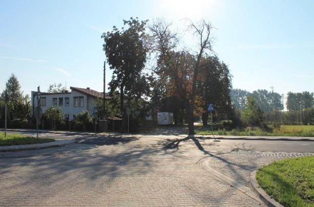 Agencja Nieruchomości Poznań http://OpenTown.pl ma przyjemność przedstawić Państwu ofertę działki na sprzedaż.  LOKALIZACJA NIERUCHOMOŚCI    Działka położona w Tulcach przy zbiegu 3 dróg: drogi wojewódzkiej 433, ulicy Różanej i ulicy Liliowej. Lokalizacja nieruchomości jest doskonała do zagospodarowania jej budynkiem użytkowym w postaci sieci handlowo-usługowej.  CHARAKTERYSTYKA NIERUCHOMOŚCI    Nieruchomość gruntowa o powierzchni 733m2