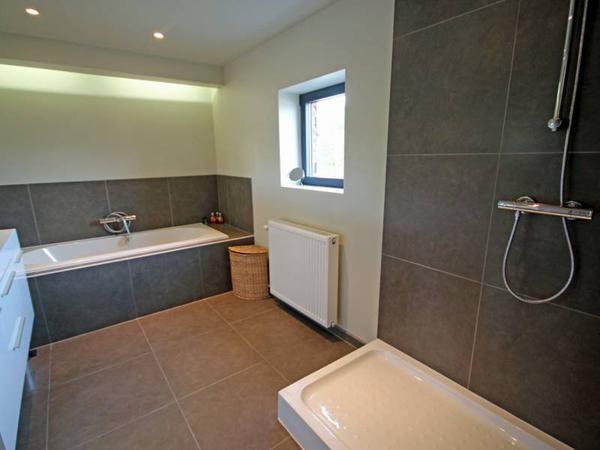 Tegel indeling douche en bad met indirecte verlichting ideeboek huis pinterest met - Idee tegel douche ...