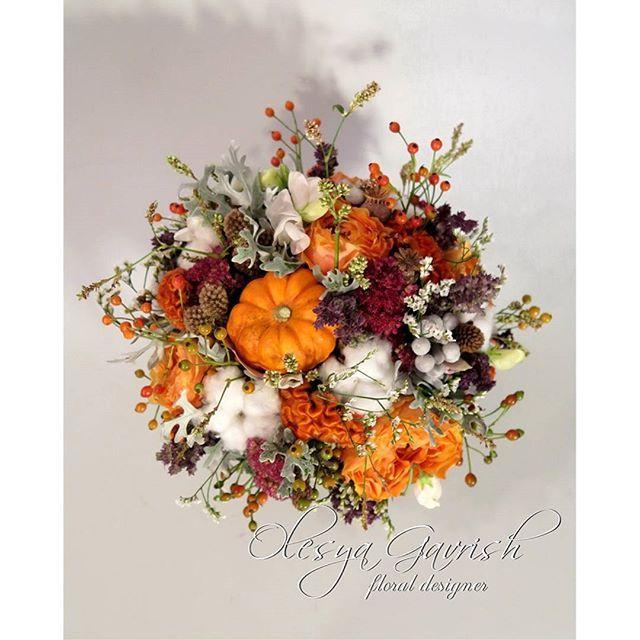 Осенний свадебный букет в оранжево-серой гамме для невесты Алеси. В букете много интересных деталей, делающих его индивидуальным и тёплым: декоративная тыковка и душистый горошек, ароматный шалфей и пионовидные розы, плоды шиповника и шарики брунии, уютный хлопок и кружевная цинерария. Рассмотреть подробнее можно в моей группе вк (активная ссылка в профиле) | #olesyagavrishflowers #букетневесты #свадебныйбукет #bridalbouquet #weddingbouquet #тыква #autumn #pumpkin #orange #оранжевый…