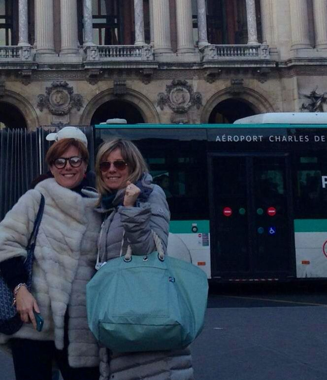 Borsa Palmaria grigia indossata da Alessia che ci invia questa bella foto insieme a Barbara da Parigi!!! Grazie!