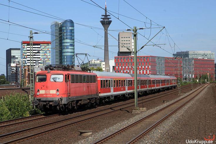 110 435 passiert am 16.08.2012 Düsseldorf-Hamm und bringt einen Verstärkerzug in der Hauptverkehrszeit nach Mönchengladbach.