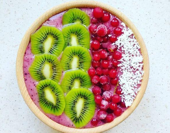 Zimowa miska koktajlowa, z mrożonymi owocami i owocami w proszku