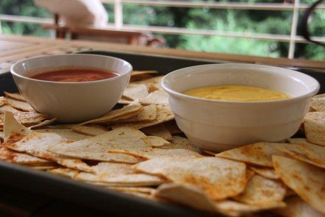 Σπιτικά νάτσος με τσένταρ σως και σάλτσα ντομάτας