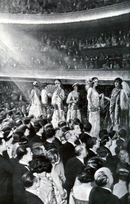 1924. Fashion Show, Paris.  http://vintagephoto.livejournal.com/