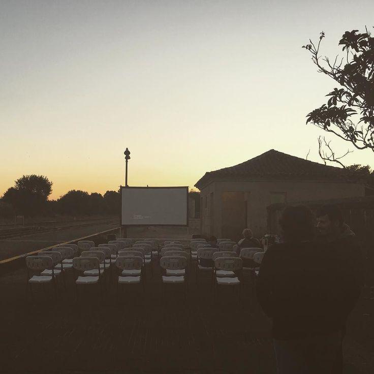 """Hoy tenemos delante de la oficina la proyección de """"Frankenstein 04155"""" documental sobre el accidente del Alvia organizado por la asociación cultural Senunpeso  #diseñoGalicia #galiciaDiseño #Yeti #galiciaCalidade #galicia #diseño #comunicacion #love #vedra #santiagoDC #trabajoBienHecho #imagenCorporativa #instagood #happy #swag #design #graphicDesign #amazing #bestOfTheDay #art #creatividad #creative #cine #cinealairelibre #proyeccion #verano #summer"""