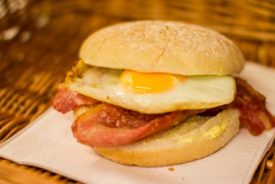 how to make egg and bacon roll