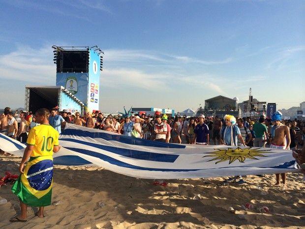 Uma enorme bandeira do Uruguai para festejar a classificação (Foto: Matheus Rodrigues/G1)