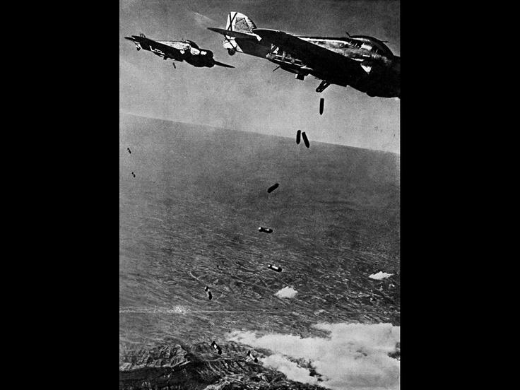 """#ARAmirades """"L'horror des de l'aire."""" Bombardeig de Barcelona per l'aviació italiana dirigida per Benito Mussolini durant la Guerra Civil Espanyola. (1938)   Font de la fotografia: CRAI Biblioteca Pavelló de la República de la UB."""