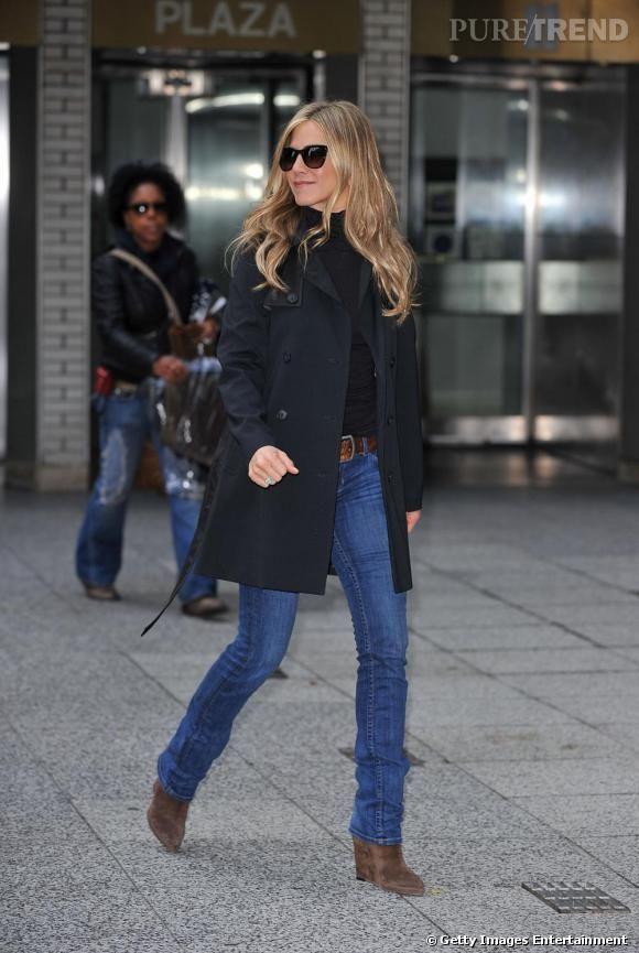Avec un jean un peu basique, l'actrice s'offre une touche de sophistication avec un trench noir et des boots Michael Kors.
